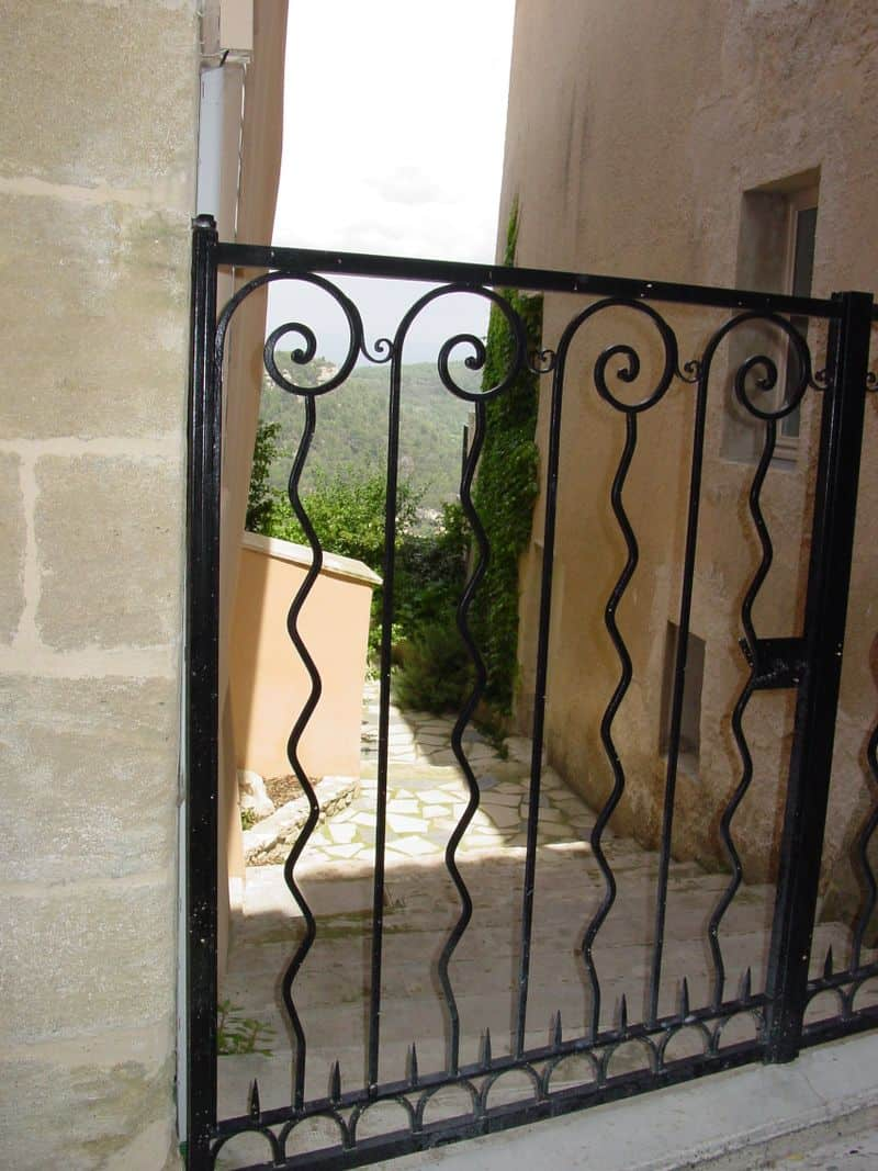 This pattern of alternating wavy and straight sections is very common in the iron work in Provence.